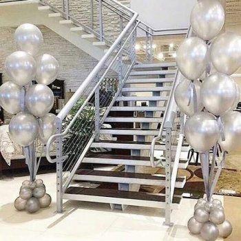 Фонтаны из воздушных шаров на атласной ленте