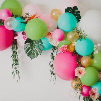 Гирлянда из воздушных шаров с листиками