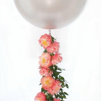 Большой шар на цветочной гирлянде